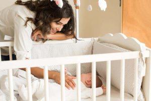 Bassinets menyediakan kawasan tidur yang selesa yang berbentuk seperti bakul untuk bayi yang baru lahir.