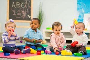 Permainan papan menggalakkan mengira, mencocokkan, dan kemahiran ingatan, serta kemahiran mendengar dan kawalan kendiri (apabila kanak-kanak belajar mengikut peraturan).